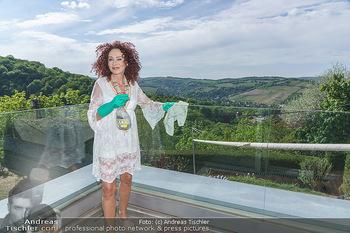 Christina Lugner putzt - Privatvilla, Klosterneuburg - Mo 27.04.2020 - Christina LUGNER putzt Glas48