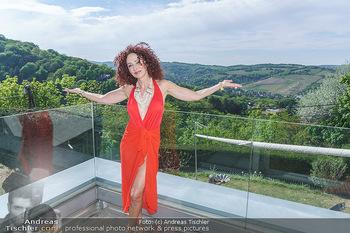Christina Lugner HomeStory - Privatvilla, Klosterneuburg - Mo 27.04.2020 - Christina LUGNER in ihrer Villa in Klosterneuburg auf einer der 4