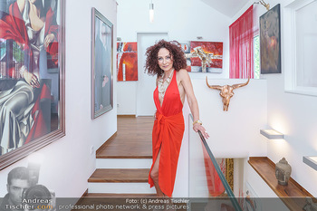 Christina Lugner HomeStory - Privatvilla, Klosterneuburg - Mo 27.04.2020 - Christina LUGNER in ihrer Villa in Klosterneuburg5