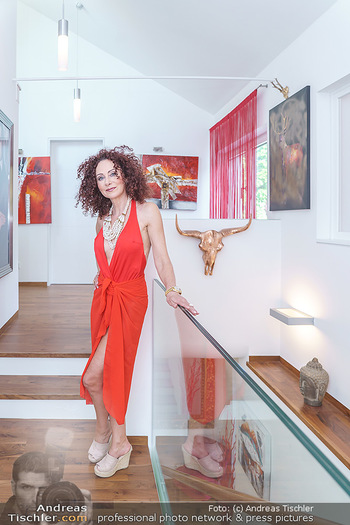 Christina Lugner HomeStory - Privatvilla, Klosterneuburg - Mo 27.04.2020 - Christina LUGNER in ihrer Villa in Klosterneuburg6
