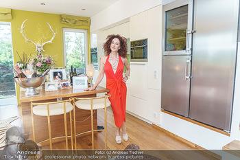 Christina Lugner HomeStory - Privatvilla, Klosterneuburg - Mo 27.04.2020 - Christina LUGNER in ihrer Villa in Klosterneuburg in der Küche10