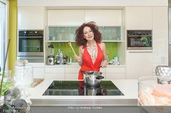 Christina Lugner HomeStory - Privatvilla, Klosterneuburg - Mo 27.04.2020 - Christina LUGNER in ihrer Villa in Klosterneuburg in der Küche13