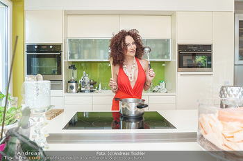 Christina Lugner HomeStory - Privatvilla, Klosterneuburg - Mo 27.04.2020 - Christina LUGNER in ihrer Villa in Klosterneuburg in der Küche14
