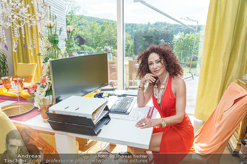 Christina Lugner HomeStory - Privatvilla, Klosterneuburg - Mo 27.04.2020 - Christina LUGNER in ihrer Villa in Klosterneuburg im Büro, home23