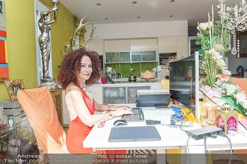 Christina Lugner HomeStory - Privatvilla, Klosterneuburg - Mo 27.04.2020 - Christina LUGNER in ihrer Villa in Klosterneuburg im Büro, home24