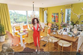 Christina Lugner HomeStory - Privatvilla, Klosterneuburg - Mo 27.04.2020 - Christina LUGNER in ihrer Villa in Klosterneuburg im Speisezimme29