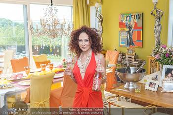 Christina Lugner HomeStory - Privatvilla, Klosterneuburg - Mo 27.04.2020 - Christina LUGNER in ihrer Villa in Klosterneuburg im Speisezimme30