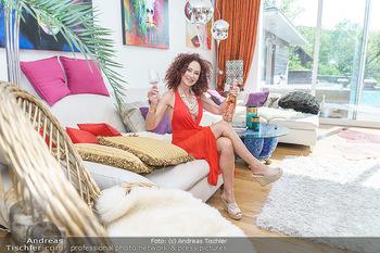 Christina Lugner HomeStory - Privatvilla, Klosterneuburg - Mo 27.04.2020 - Christina LUGNER in ihrer Villa in Klosterneuburg im Wohnzimmer34