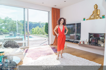 Christina Lugner HomeStory - Privatvilla, Klosterneuburg - Mo 27.04.2020 - Christina LUGNER in ihrer Villa in Klosterneuburg im Wohnzimmer37
