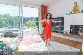 Christina Lugner HomeStory - Privatvilla, Klosterneuburg - Mo 27.04.2020 - Christina LUGNER in ihrer Villa in Klosterneuburg im Wohnzimmer38