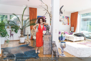 Christina Lugner HomeStory - Privatvilla, Klosterneuburg - Mo 27.04.2020 - Christina LUGNER in ihrer Villa in Klosterneuburg im Wohnzimmer44
