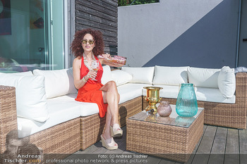 Christina Lugner HomeStory - Privatvilla, Klosterneuburg - Mo 27.04.2020 - Christina LUGNER in ihrer Villa in Klosterneuburg, trinkt Sekt, 48