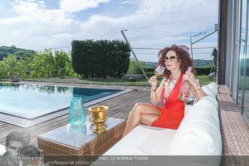 Christina Lugner HomeStory - Privatvilla, Klosterneuburg - Mo 27.04.2020 - Christina LUGNER in ihrer Villa in Klosterneuburg, trinkt Sekt, 49