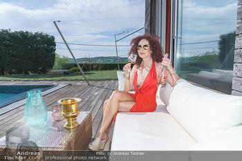 Christina Lugner HomeStory - Privatvilla, Klosterneuburg - Mo 27.04.2020 - Christina LUGNER in ihrer Villa in Klosterneuburg, trinkt Sekt, 50