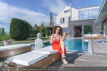 Christina Lugner HomeStory - Privatvilla, Klosterneuburg - Mo 27.04.2020 - Christina LUGNER in ihrer Villa in Klosterneuburg, trinkt Sekt, 51