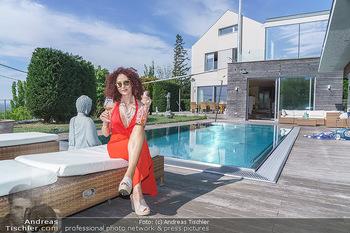 Christina Lugner HomeStory - Privatvilla, Klosterneuburg - Mo 27.04.2020 - Christina LUGNER in ihrer Villa in Klosterneuburg, trinkt Sekt, 52