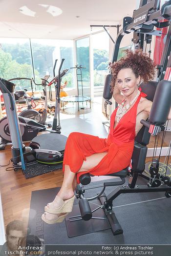 Christina Lugner HomeStory - Privatvilla, Klosterneuburg - Mo 27.04.2020 - Christina LUGNER in ihrer Villa in Klosterneuburg im Fitnessraum62