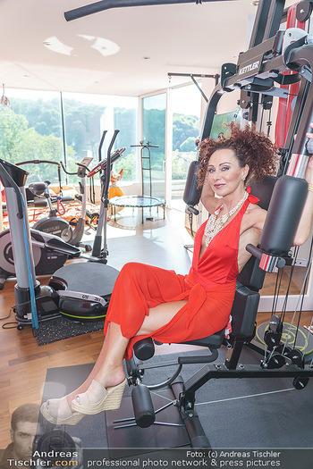 Christina Lugner HomeStory - Privatvilla, Klosterneuburg - Mo 27.04.2020 - Christina LUGNER in ihrer Villa in Klosterneuburg im Fitnessraum63
