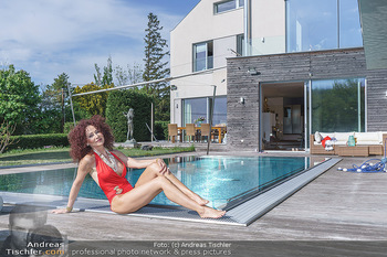 Christina Lugner HomeStory - Privatvilla, Klosterneuburg - Mo 27.04.2020 - Christina LUGNER in ihrer Villa in Klosterneuburg im Badeanzug a66