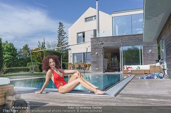 Christina Lugner HomeStory - Privatvilla, Klosterneuburg - Mo 27.04.2020 - Christina LUGNER in ihrer Villa in Klosterneuburg im Badeanzug a69