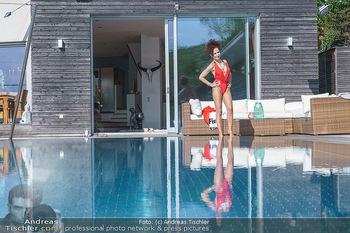 Christina Lugner HomeStory - Privatvilla, Klosterneuburg - Mo 27.04.2020 - Christina LUGNER in ihrer Villa in Klosterneuburg im Badeanzug a71