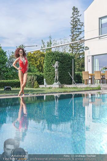 Christina Lugner HomeStory - Privatvilla, Klosterneuburg - Mo 27.04.2020 - Christina LUGNER in ihrer Villa in Klosterneuburg im Badeanzug a72