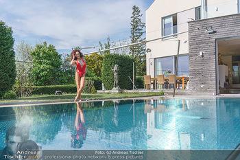 Christina Lugner HomeStory - Privatvilla, Klosterneuburg - Mo 27.04.2020 - Christina LUGNER in ihrer Villa in Klosterneuburg im Badeanzug a73
