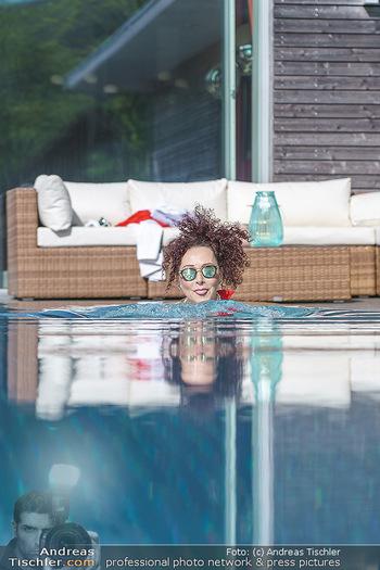 Christina Lugner HomeStory - Privatvilla, Klosterneuburg - Mo 27.04.2020 - Christina LUGNER in ihrer Villa in Klosterneuburg schwimmt mit S78