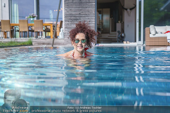 Christina Lugner HomeStory - Privatvilla, Klosterneuburg - Mo 27.04.2020 - Christina LUGNER in ihrer Villa in Klosterneuburg schwimmt mit S79