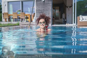 Christina Lugner HomeStory - Privatvilla, Klosterneuburg - Mo 27.04.2020 - Christina LUGNER in ihrer Villa in Klosterneuburg schwimmt mit S80