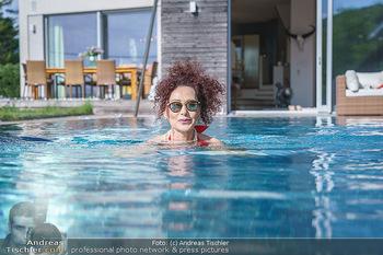 Christina Lugner HomeStory - Privatvilla, Klosterneuburg - Mo 27.04.2020 - Christina LUGNER in ihrer Villa in Klosterneuburg schwimmt mit S81