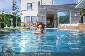 Christina Lugner HomeStory - Privatvilla, Klosterneuburg - Mo 27.04.2020 - Christina LUGNER in ihrer Villa in Klosterneuburg schwimmt mit S82
