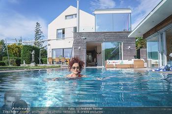 Christina Lugner HomeStory - Privatvilla, Klosterneuburg - Mo 27.04.2020 - Christina LUGNER in ihrer Villa in Klosterneuburg schwimmt mit S83
