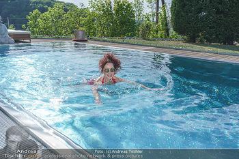 Christina Lugner HomeStory - Privatvilla, Klosterneuburg - Mo 27.04.2020 - Christina LUGNER in ihrer Villa in Klosterneuburg schwimmt mit S84