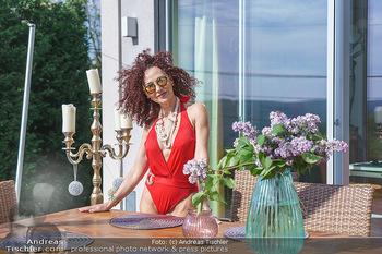 Christina Lugner HomeStory - Privatvilla, Klosterneuburg - Mo 27.04.2020 - Christina LUGNER in ihrer Villa in Klosterneuburg im roten Badea86