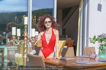Christina Lugner HomeStory - Privatvilla, Klosterneuburg - Mo 27.04.2020 - Christina LUGNER in ihrer Villa in Klosterneuburg im roten Badea87