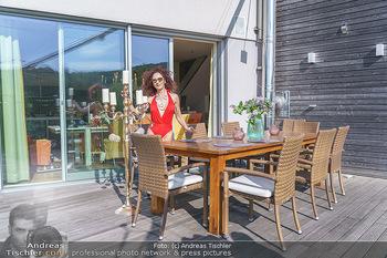 Christina Lugner HomeStory - Privatvilla, Klosterneuburg - Mo 27.04.2020 - Christina LUGNER in ihrer Villa in Klosterneuburg im roten Badea88