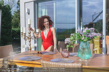 Christina Lugner HomeStory - Privatvilla, Klosterneuburg - Mo 27.04.2020 - Christina LUGNER in ihrer Villa in Klosterneuburg im roten Badea89