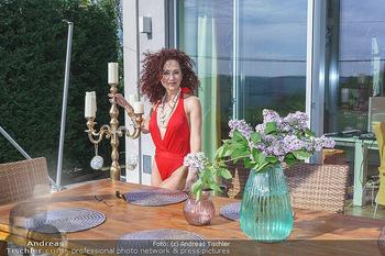 Christina Lugner HomeStory - Privatvilla, Klosterneuburg - Mo 27.04.2020 - Christina LUGNER in ihrer Villa in Klosterneuburg im roten Badea90