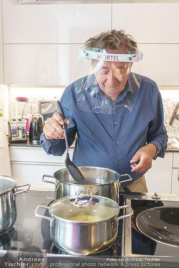 Richard Lugner als Erntehelfer - Aderklaa Marchfeld und Wien - Fr 01.05.2020 - Richard LUGNER kocht in seiner Küche am Herd Spargel36