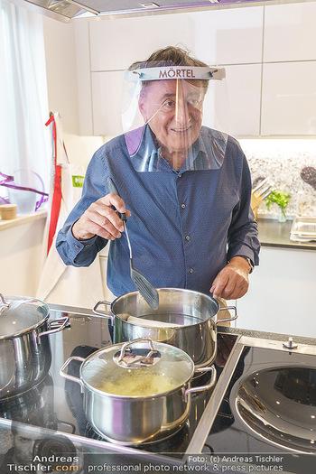 Richard Lugner als Erntehelfer - Aderklaa Marchfeld und Wien - Fr 01.05.2020 - Richard LUGNER kocht in seiner Küche am Herd Spargel37