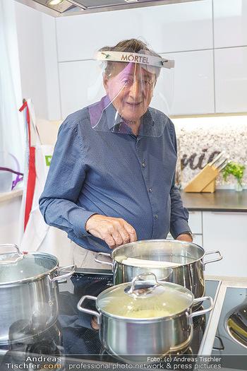 Richard Lugner als Erntehelfer - Aderklaa Marchfeld und Wien - Fr 01.05.2020 - Richard LUGNER kocht in seiner Küche am Herd Spargel38