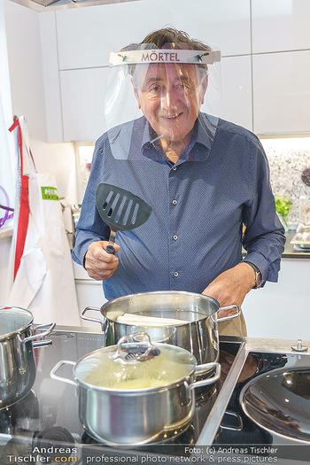 Richard Lugner als Erntehelfer - Aderklaa Marchfeld und Wien - Fr 01.05.2020 - Richard LUGNER kocht in seiner Küche am Herd Spargel39