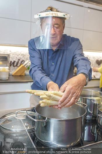 Richard Lugner als Erntehelfer - Aderklaa Marchfeld und Wien - Fr 01.05.2020 - Richard LUGNER kocht in seiner Küche am Herd Spargel41