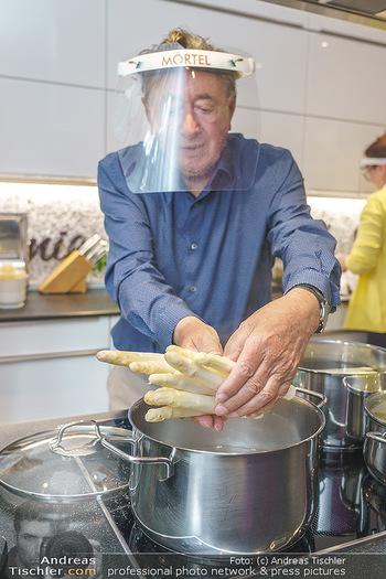 Richard Lugner als Erntehelfer - Aderklaa Marchfeld und Wien - Fr 01.05.2020 - Richard LUGNER kocht in seiner Küche am Herd Spargel42