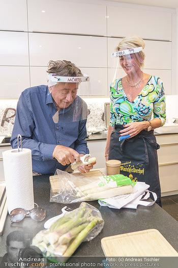Richard Lugner als Erntehelfer - Aderklaa Marchfeld und Wien - Fr 01.05.2020 - Richard LUGNER kocht in seiner Küche am Herd Spargel für Zebra43