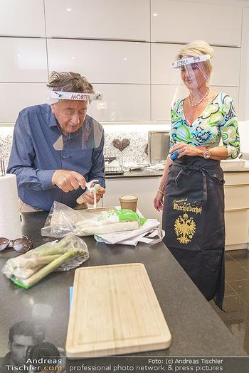 Richard Lugner als Erntehelfer - Aderklaa Marchfeld und Wien - Fr 01.05.2020 - Richard LUGNER kocht in seiner Küche am Herd Spargel für Zebra44