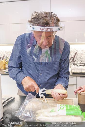 Richard Lugner als Erntehelfer - Aderklaa Marchfeld und Wien - Fr 01.05.2020 - Richard LUGNER kocht in seiner Küche am Herd Spargel45