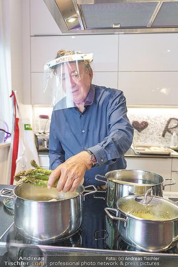 Richard Lugner als Erntehelfer - Aderklaa Marchfeld und Wien - Fr 01.05.2020 - Richard LUGNER kocht in seiner Küche am Herd Spargel47