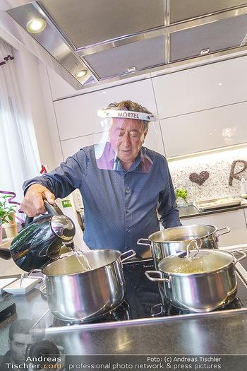 Richard Lugner als Erntehelfer - Aderklaa Marchfeld und Wien - Fr 01.05.2020 - Richard LUGNER kocht in seiner Küche am Herd Spargel48
